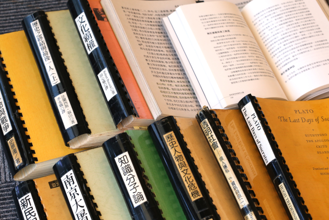 張作錦喜歡閱讀卻視力不佳,他把書影印放大。「張氏大字本」有40多冊。(王盛弘/攝影)