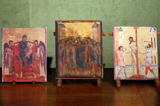 《受嘲弄的基督》(中)掛在巴黎老婆婆家中數十年,與另兩幅契馬布埃的複製版本一同展出。(路透)