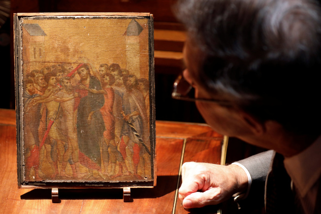 法國藝術專家蒂爾坎(右)以紅外線測試,判斷《受嘲弄的基督》出自契馬布埃之手。(路透)