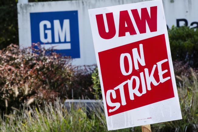 為了創造「未來的工作」,GM和其他汽車製造商必須削減或改變現有的許多工作。(美聯社)