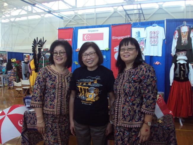 新加坡展覽攤位的華裔人士,右起依序為成淑芬、黃桂榮、傅玉梅。(記者陳幸蘋/攝影)