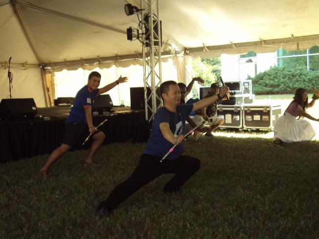寇祥明現場表演和示範雙節棍武術。(記者陳幸蘋/攝影)