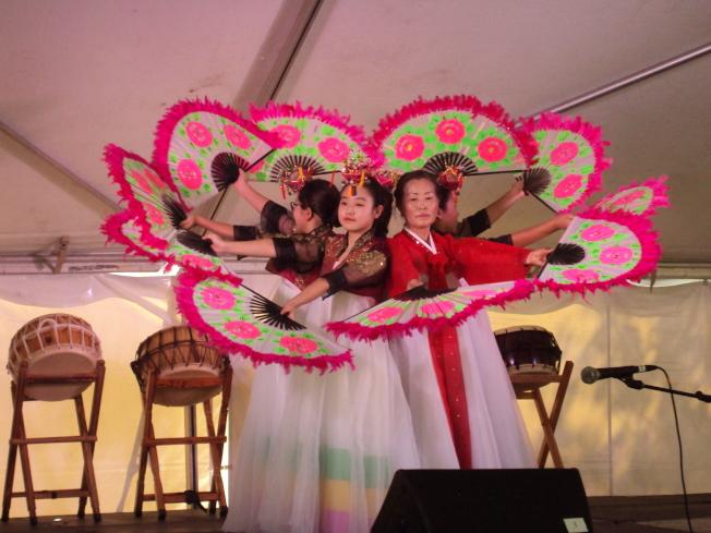 花團錦簇的韓國彩扇舞。(記者陳幸蘋/攝影)
