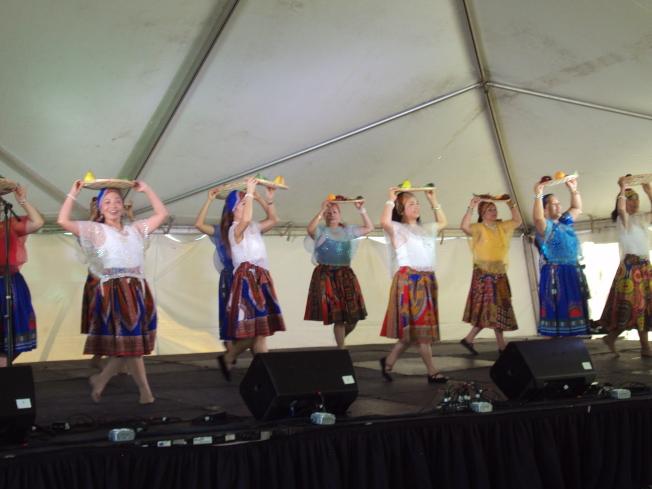 亨城菲律賓裔人士表演舞蹈。(記者陳幸蘋/攝影)