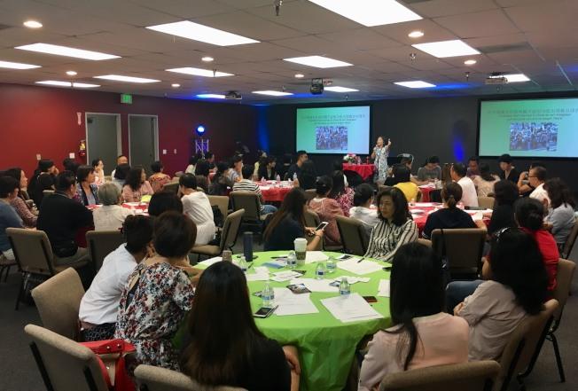 100多位新老華人移民聆聽移民輔導講座。(記者尚穎/攝影)