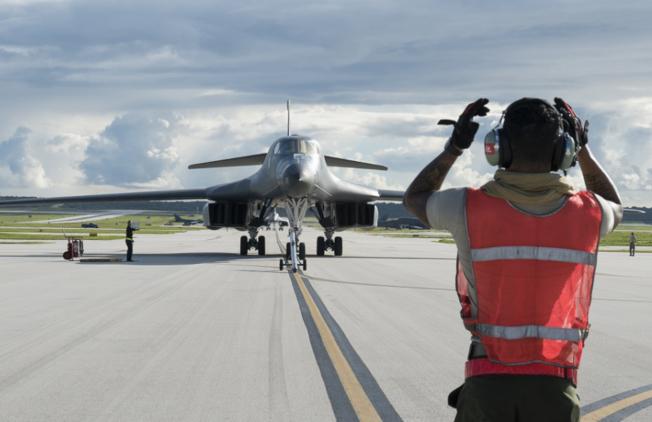 川普總統推遲原定撥款給駐關島美軍的基礎建設經費,用以興築美墨邊界牆。圖為一架轟炸機抵達關島的安德森空軍基地。(美聯社)