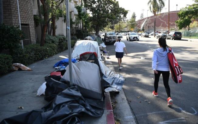 無家可歸問題嚴峻,洛杉磯部分官員呼籲州長宣布加州進入無家可歸緊急狀態。(洛杉磯時報)