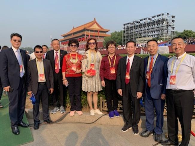部分受邀赴中國參加國慶大典的南加華人代表。(鹿強提供)
