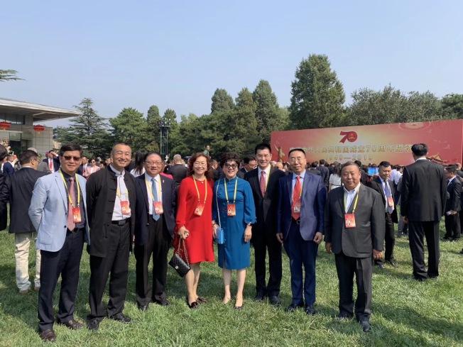 部分受邀赴中國參加國慶大典的南加華人代表。(孫偉提供)