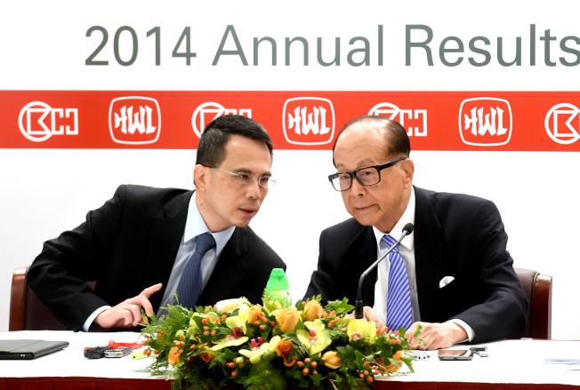 香港首富李嘉誠(右)婉拒參加港府慶十一代表團,李嘉誠的長子李澤鉅(左)代表父親參加。(中新社資料照片)