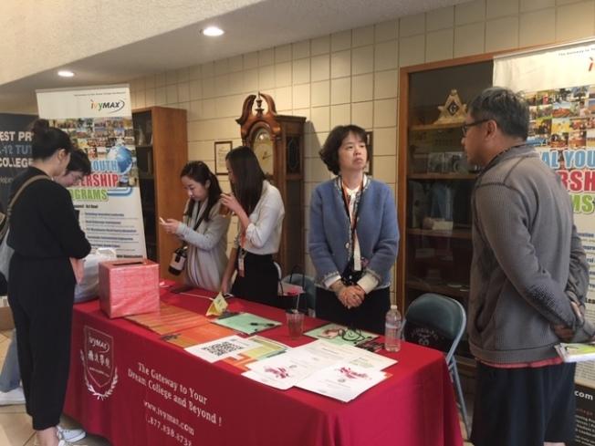 飛達教育副院長Joyce Lin(右二)在教育展上為華裔學生和家長答疑解惑。(記者楊青/攝影)