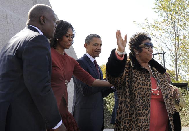 艾瑞莎富蘭克林(右)與歐巴馬伉儷參加金恩博士紀念活動。 (Getty Images)