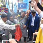 聯合國前示威 剪破燒毀五星旗