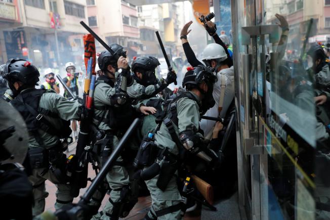 香港反送中抗議活動警民暴力衝突一再升級,並傳槍響,堪稱反送中抗爭以來最血腥的一天。(路透)