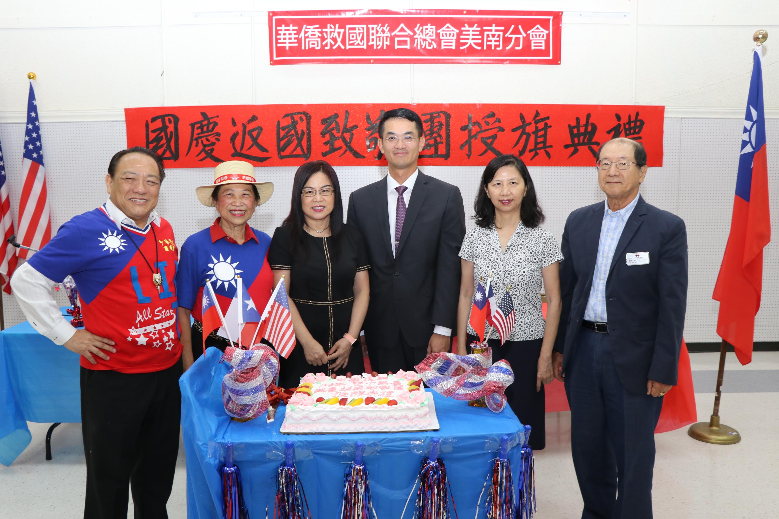 賴清陽(左起)、賴李迎霞、黃春蘭、陳家彥、陳奕芳、黃初平等共同切蛋糕為中華民國慶生。