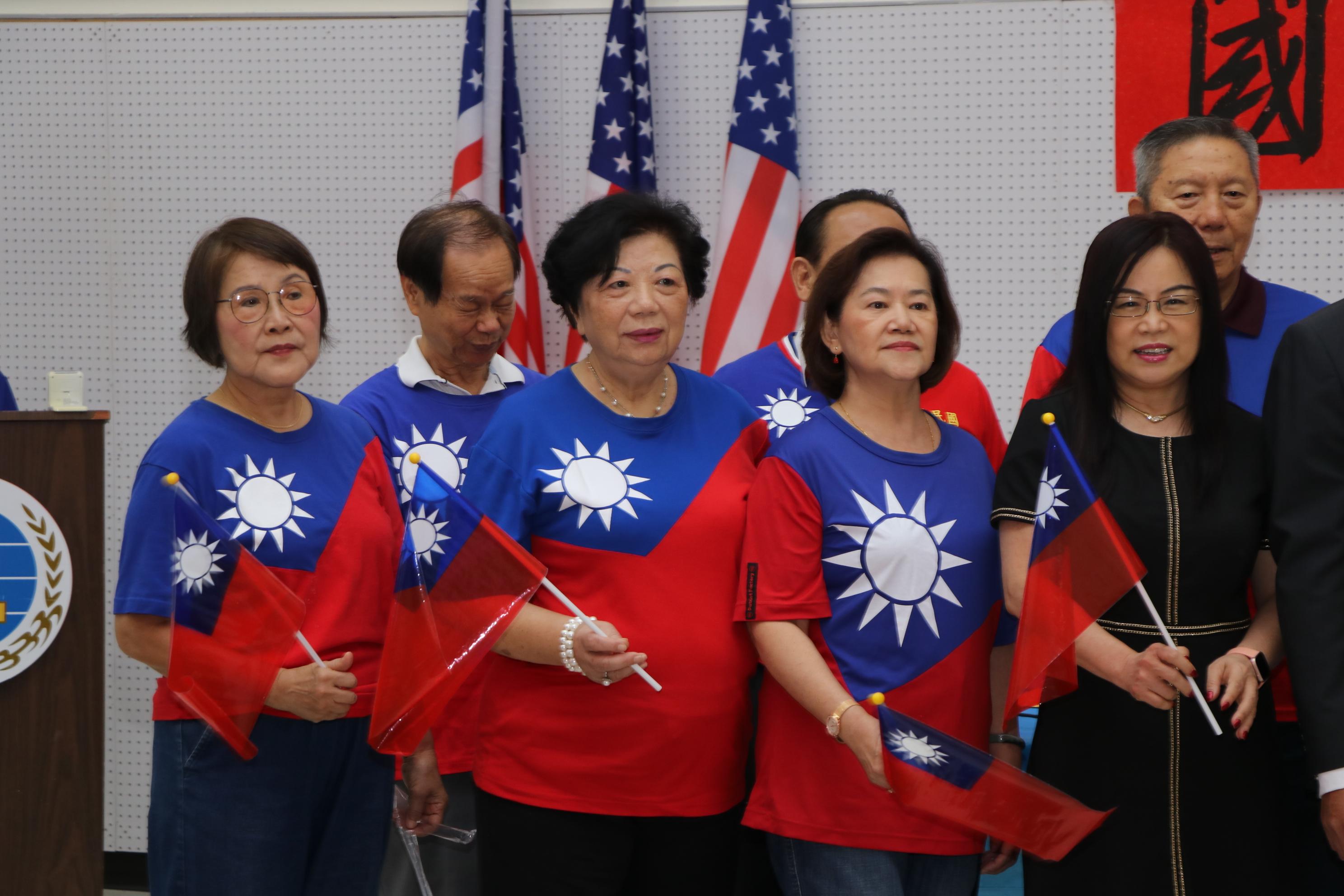 在僑教中心主任陳奕芳領唱下,致敬團團員合唱「梅花」。
