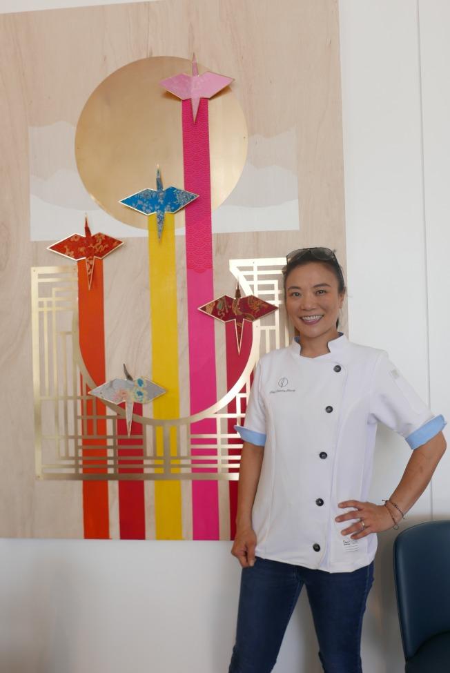 張晴雪別出心裁地創作了一件藝術品掛在餐廳墻上,鼓勵自己擁有打破傳統桎梏的創新精神。(記者李雪/攝影)