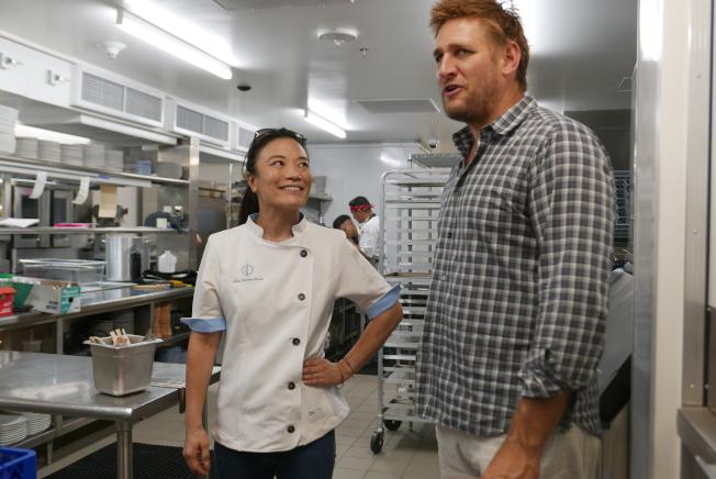 張晴雪向另一位名廚Curtis Stone展示後廚。(記者李雪/攝影)