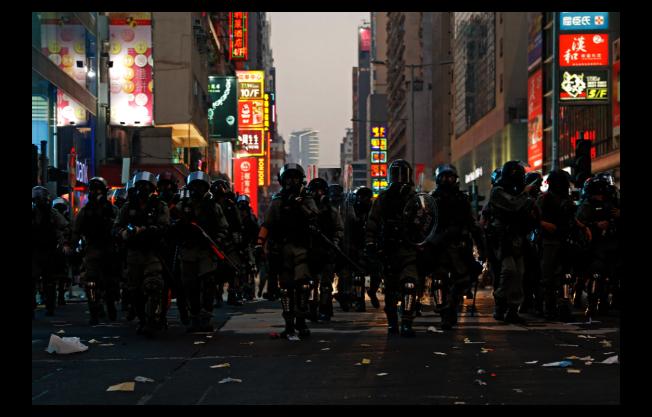 香港持續近四個月的反送中抗爭日趨激烈,已明顯衝擊境外人士訪港意願。圖為10月1日當天香港街頭景象。(美聯社)