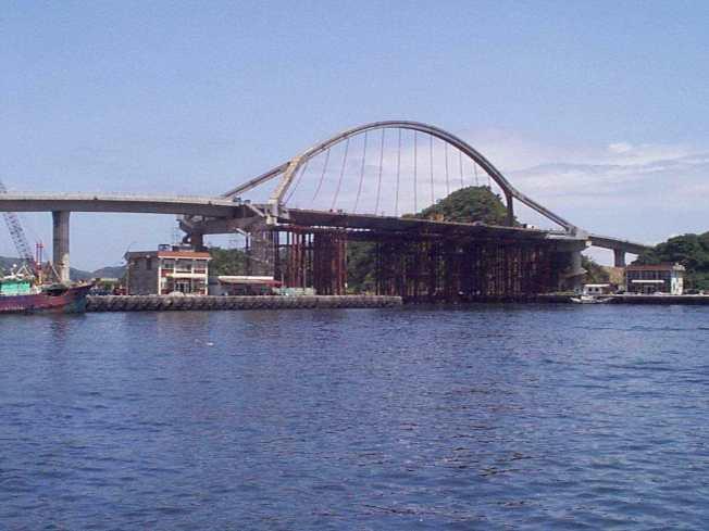 南方澳跨港大橋,1998年施工時的照片。圖/本報系資料照片