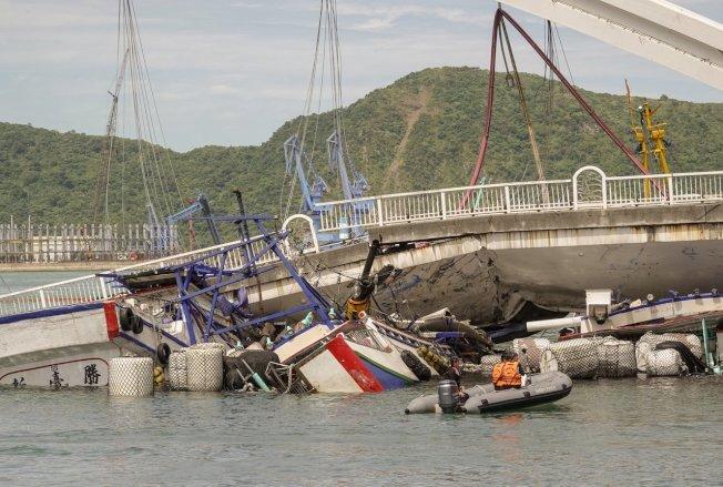 南方澳跨港大橋1日上午突然斷裂,還壓垮底下的漁船,消防人員正忙著搶救受傷的人員。報系資料照