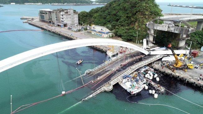 南方澳跨港大橋突然斷裂,壓垮底下的漁船,海面遭漁船上的燃料油汙染。 記者侯永全/攝影