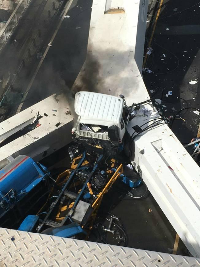 南方澳跨港大橋10月1日上午斷落,油罐車被壓倒毀損。圖/讀者提供
