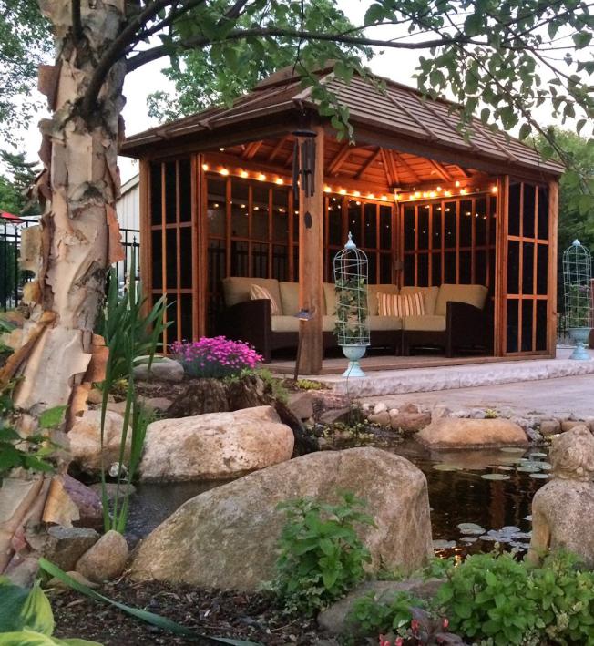 後院的倉儲小屋並不一定都是市面上常見的醜醜方盒子,購買時如果選擇可開放式的小屋,在聚會時還能大有用處。(取自電商網站foreverredwood.com)