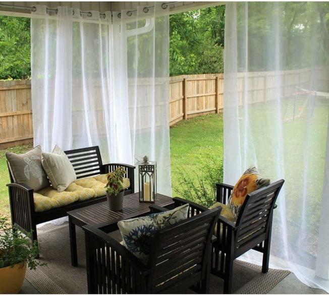 15元即可買到的紗簾可以瞬間將露台轉型,成為極具度假風情的綠廊。(取自亞馬遜網站)