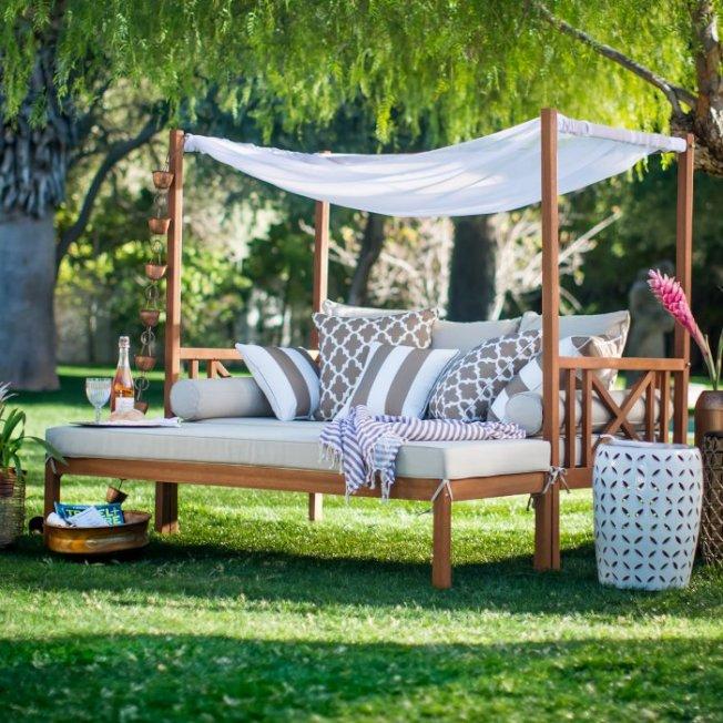 漂亮的雙人室外躺椅也能打造浪漫的度假感覺。(Belham Living品牌的長椅)
