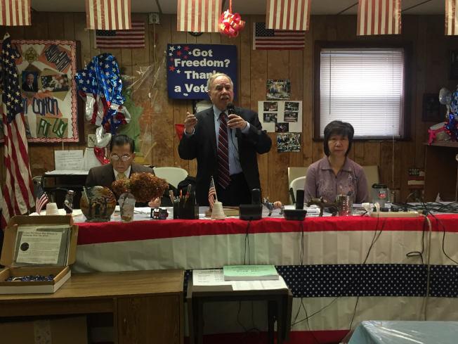 有州眾議員表示將提案把特殊高中錄取控制權轉交市府,州眾議員寇頓(中)提醒家長,抗爭仍未結束。(本報檔案照)