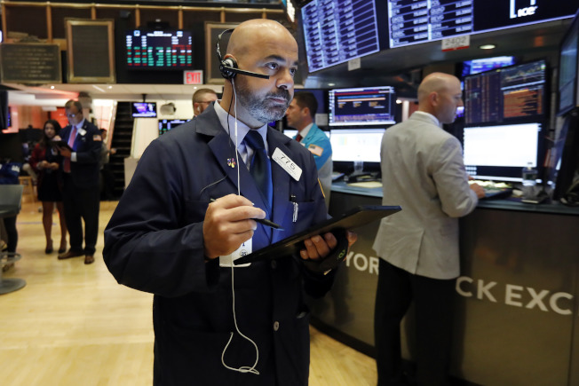 大多數NYSE裡的人員都在交易大廳內。(美聯社)