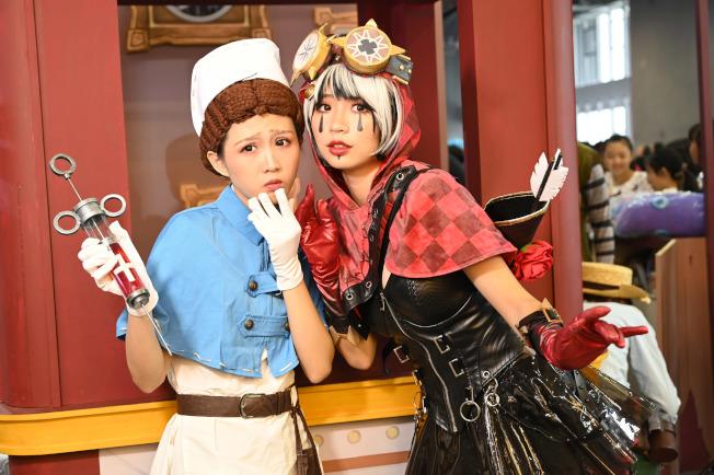 第12屆中國國際漫畫節動漫遊戲展(CICF EXPO)2日在廣州開幕,本屆遊戲展以「大灣區,大動漫」為主題,吸引逾百家國際知名廠商參展。圖為cosplay的年輕人擺姿勢拍照。(中新社)