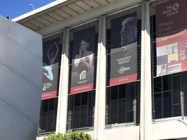 洛杉磯音樂中心外牆還掛著多明哥布條。(美聯社)