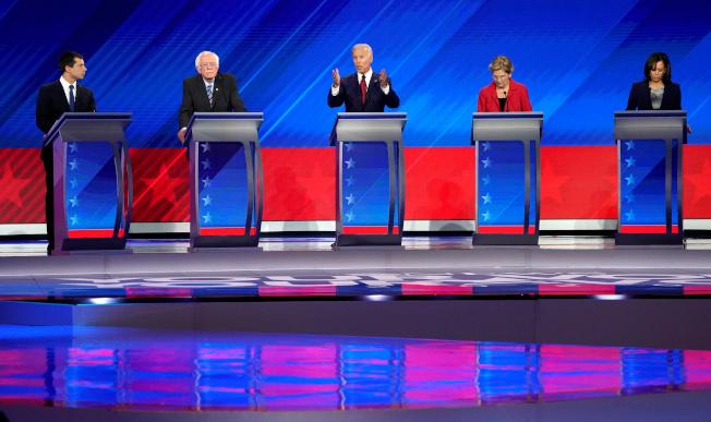 民主黨初選,聲勢領先的五名參選人是布塔朱吉(左起)、桑德斯、白登、華倫及賀錦麗。圖為五人在民主黨初選辯論同台。(路透)