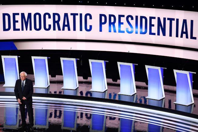 頗孚民望的國會參議員桑德斯因心臟病暫停競選,是否會牽動民主黨乃至2020年大選,備受關注。圖為桑德斯走上民主黨初選辯論舞台。(Getty Images)