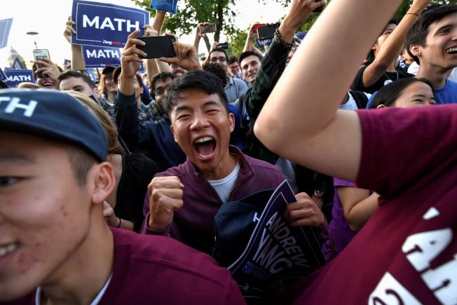 華裔總統參選人楊安澤聲勢看漲,第三季募款達千萬元。圖為楊安澤的支持者在麻州劍橋歡迎他。(路透)