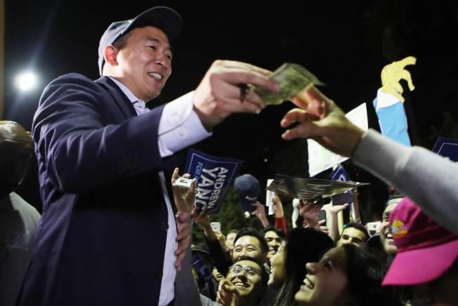 華裔參選人楊安澤人氣急漲,第三季度募款達千萬元,圖為他在洛杉磯造勢大會上與支持者互動。(Getty Images)