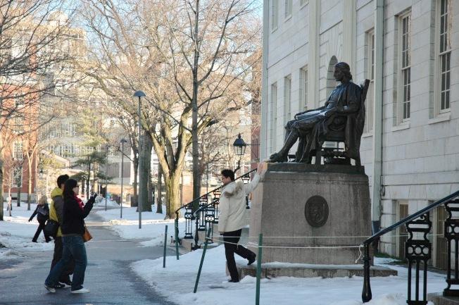 哈佛校園的哈佛銅像吸引無數學子頂禮膜拜。(記者丁曙/攝影)