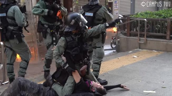 港警以實彈射擊反政府示威者,在場的港媒記者從不同角度拍攝整個過程,紐時試圖分析影片釐清事件全貌。(翻攝自YouTube)
