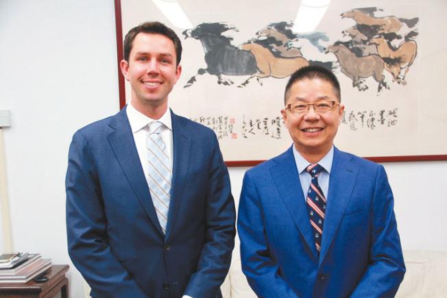 李多福(左)拜會本報社長駱焜祺,強調希望將年輕力量帶入地檢長辦公室。(記者李晗╱攝影)