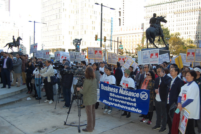 圖為2017年吳勝鎬提案修改宵禁法,數百名業者、民眾於市府外集會相挺。(本報檔案照)