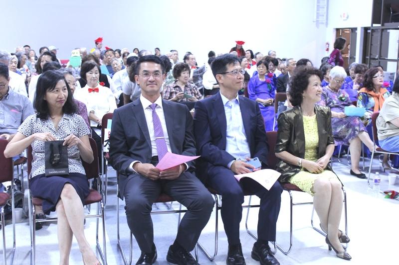 陳奕芳(左起)、陳家彥、黃祖壽及趙婉兒在台下觀賞演出。
