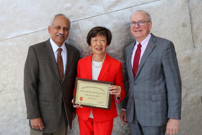 攻克癌症做出開創性貢獻,南加大教授李邵素明(中)獲頒印第安那大學醫學院「馬克兄弟傑出教授獎」。(Madison Pershing攝影,USC提供)