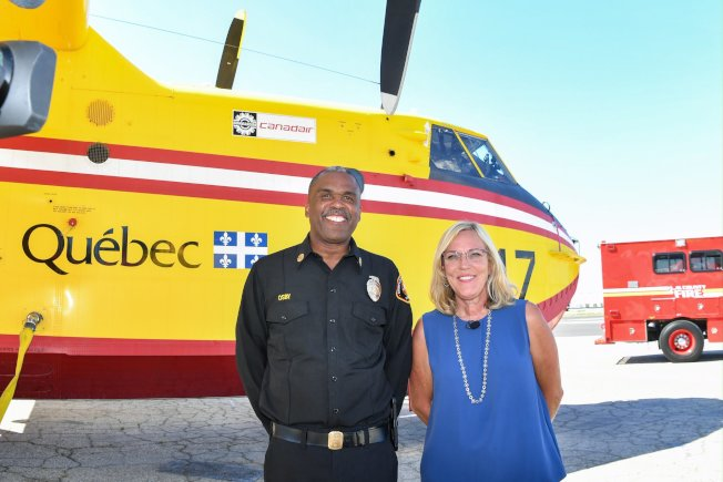 洛杉磯縣政委員巴傑(右)搭乘消防直升機跑公務,引媒體議論。(巴傑臉書)