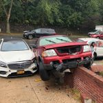 兩車搶道不相讓  撞上住家車頭全毀