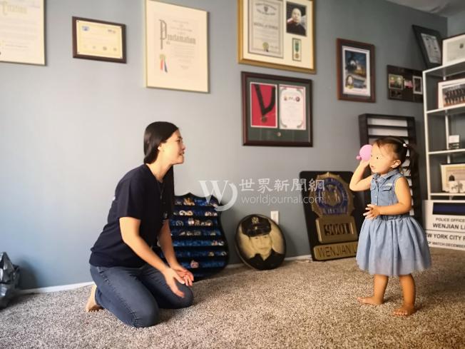 劉安兒吵著要陳佩霞一起玩球,劉文健的畫像放在一旁。(記者黃伊奕/攝影)