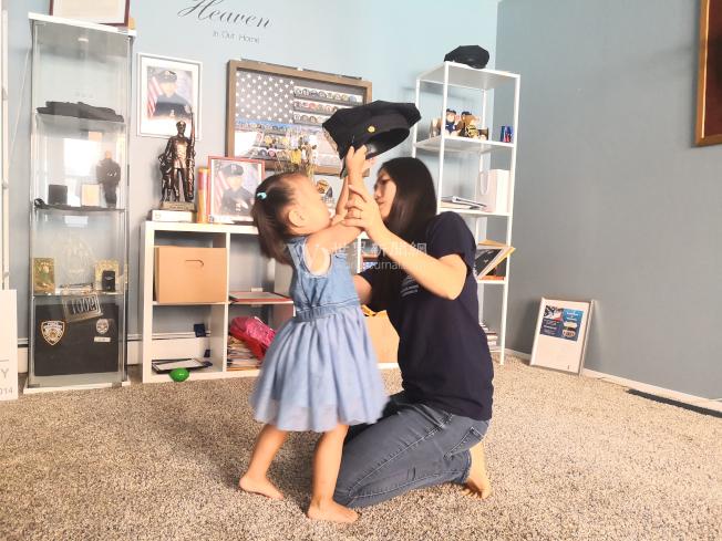 劉安兒(左)要將帽子戴在媽媽頭上。(記者黃伊奕/攝影)