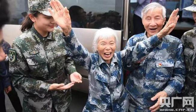 中國首位女空降兵馬旭(中)和老伴顏學庸(右)回到了闊別多年的故鄉哈爾濱市木蘭縣。(取材自央廣網)