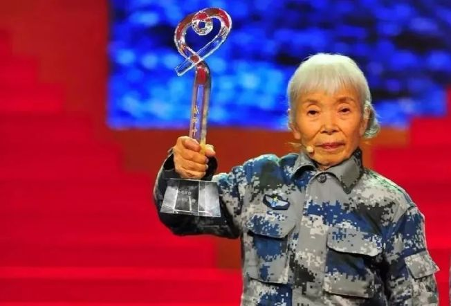 她是中國第一位女空降兵,她用自己的一生,詮釋了什麼叫做真正的偉大。(取材自百度百科)